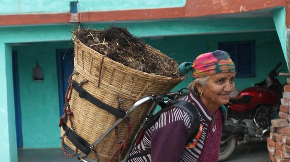 Woman in Uttarakhand using the load-bearing device